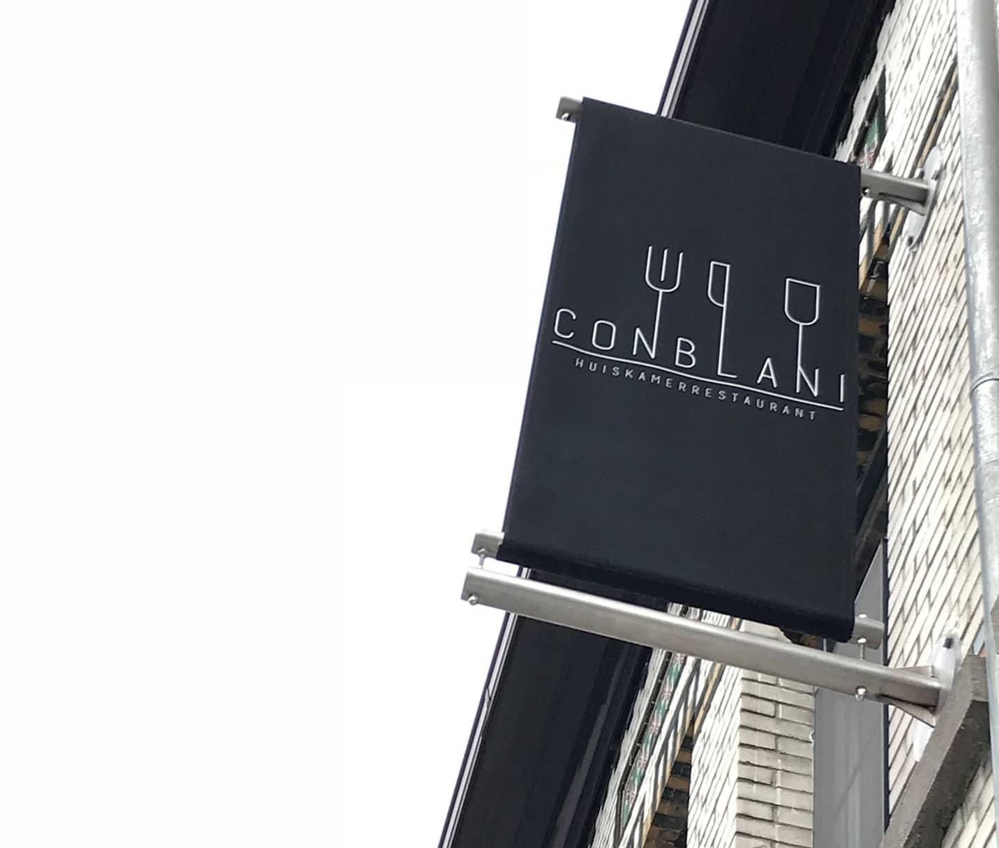 huiskamerrestaurant conblani kreeg van mandarijn een gevelbanner met hun nieuwe logo.